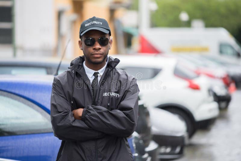 Męskie pracownik ochrony pozyci ręki Krzyżować Na ulicie obraz royalty free