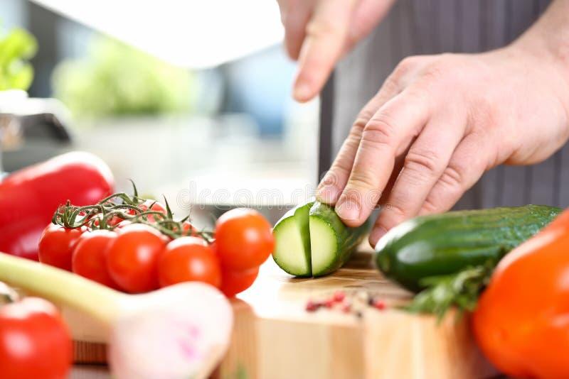 Męskie ręki Ciie Zieloną Organicznie Ogórkową fotografię fotografia royalty free