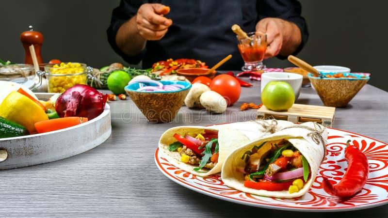 Męskie sprzedawca uliczny ręki robi taco Meksykańska kuchnia przekąsza, gotujący fast food dla handlowej kuchni zdjęcie stock