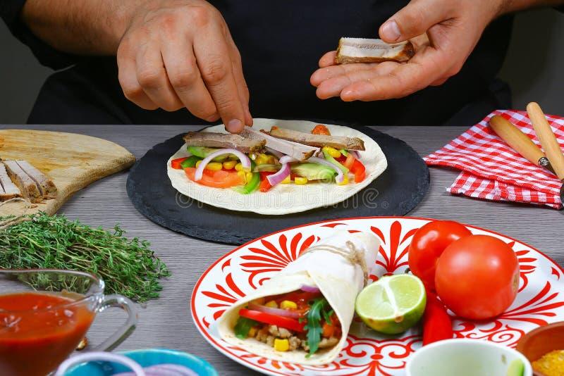 Męskie sprzedawca uliczny ręki w rękawiczkach robią taco Meksykańska kuchnia przekąsza, fast food handlowa kuchnia obraz royalty free