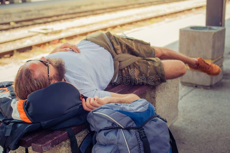 Męskiego backpacker turystyczny drzemanie na ławce obraz royalty free