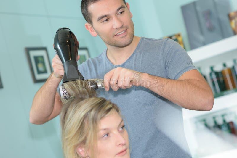 Męskiego fryzjera kobiety ` s suszarniczy włosy fotografia stock