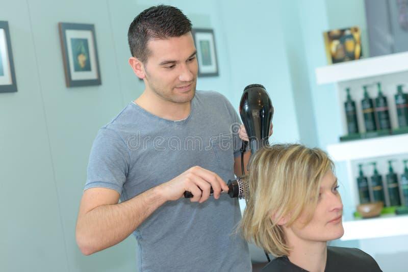 Męskiego fryzjera kobiety suszarniczy włosy po ostrzyżenia obraz stock