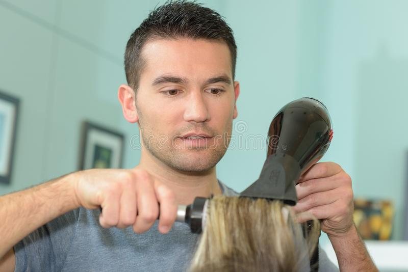 Męskiego hairstylist ciosu suszarniczy klienci włosiani zdjęcia stock