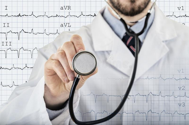 Męskiego kardiologa doktorski pokazuje stetoskop obraz royalty free