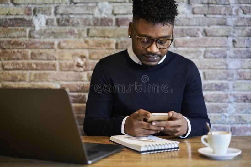 Męskiego ucznia czytelnicza wiadomość od różnych internetów źródeł fotografia royalty free