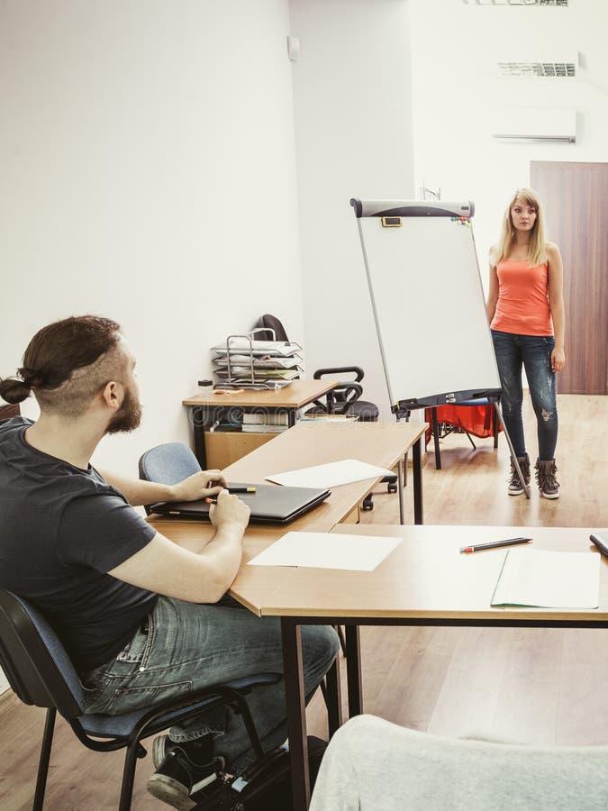Męskiego ucznia i nauczyciela adiunkt w sala lekcyjnej obrazy stock