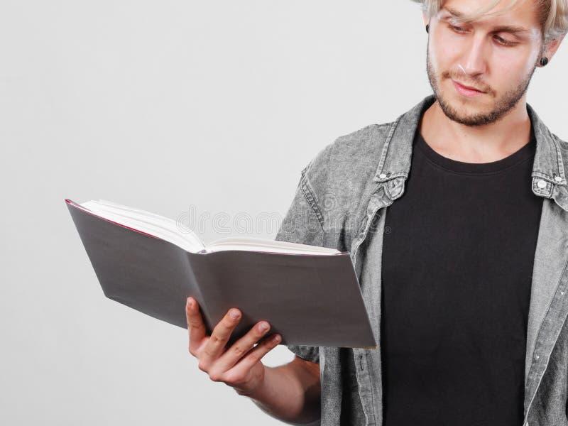 Męskiego ucznia mienia podręczniki fotografia royalty free