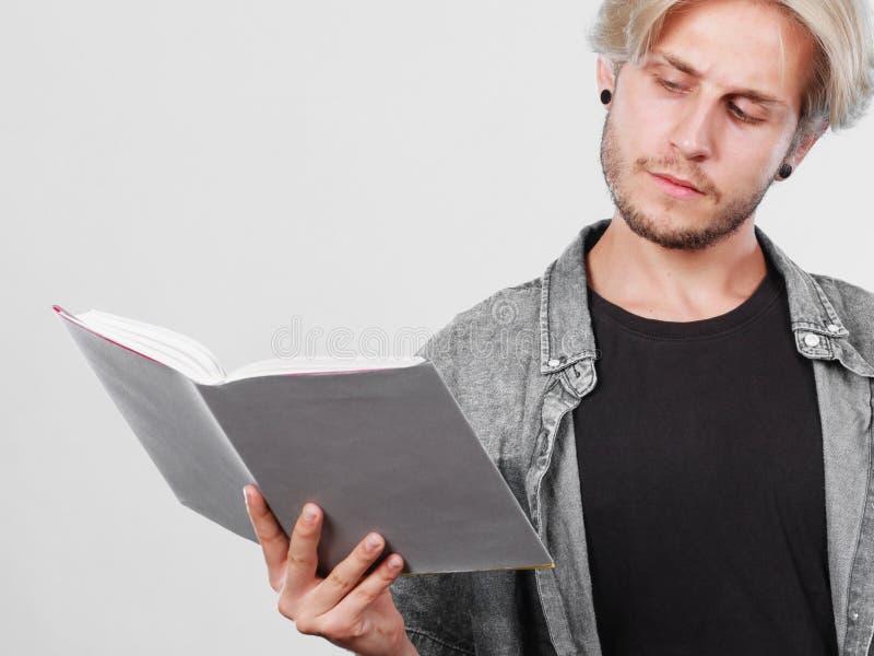 Męskiego ucznia mienia podręczniki obrazy stock