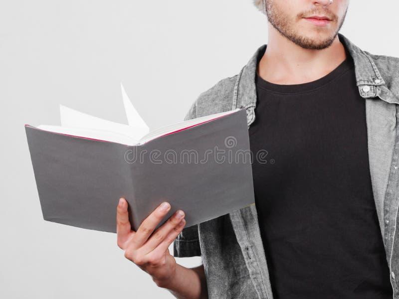 Męskiego ucznia mienia podręczniki zdjęcie stock