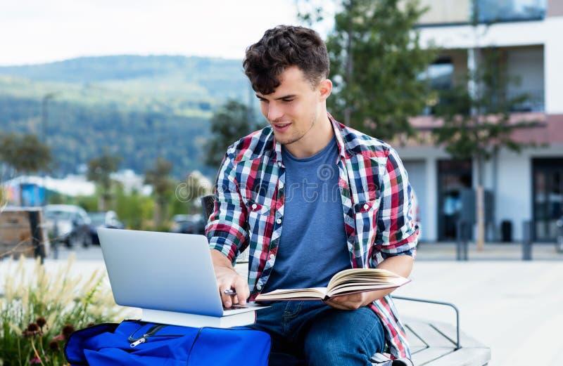 Męskiego ucznia uczenie przy komputerem zdjęcie royalty free