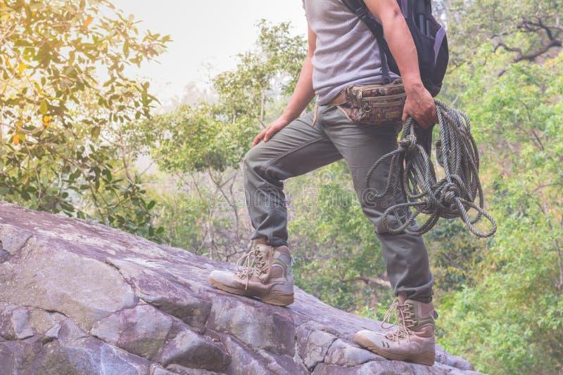 Męskiego wycieczkowicza aktywni wakacje w górach podróżują przygod zdrowie zdjęcie stock