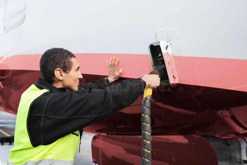 Męskiego załoga członka Ładuje samolot Na pasie startowym zdjęcie royalty free