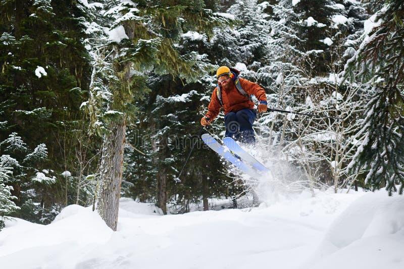 Męskiej narciarki skokowa wysokość w lesie obrazy royalty free