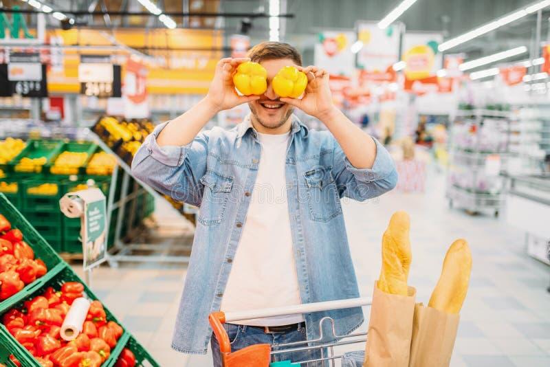Męskiej osoby funs z kolorem żółtym pieprzą w rynku obrazy royalty free