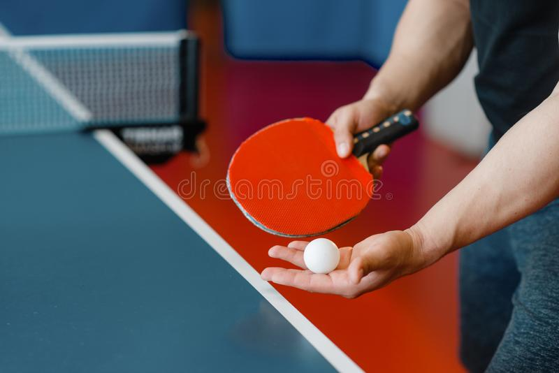 Męskiej osoby ręki z śwista pong piłką i kantem obraz stock