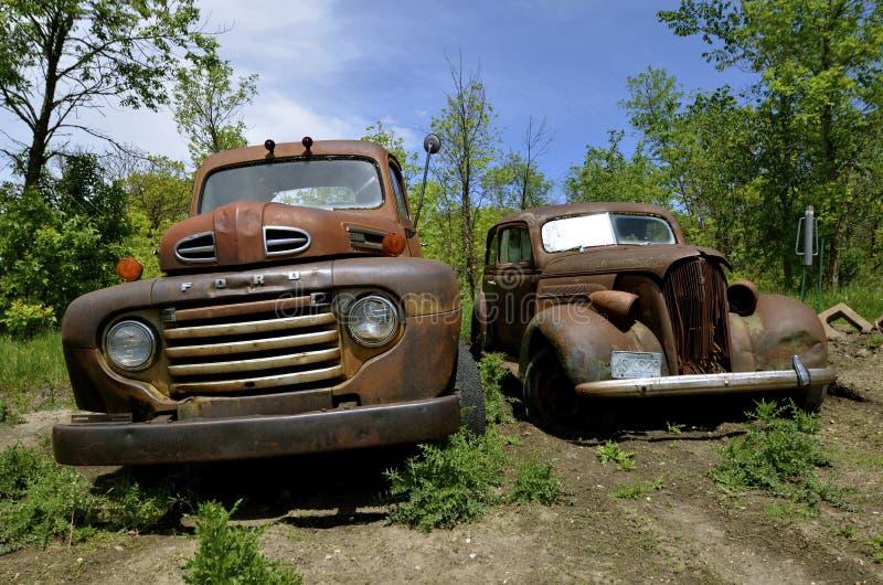 Młócący - maszynowa paliwowa ciężarówka i ciężarówka parkująca w łące, zdjęcie royalty free