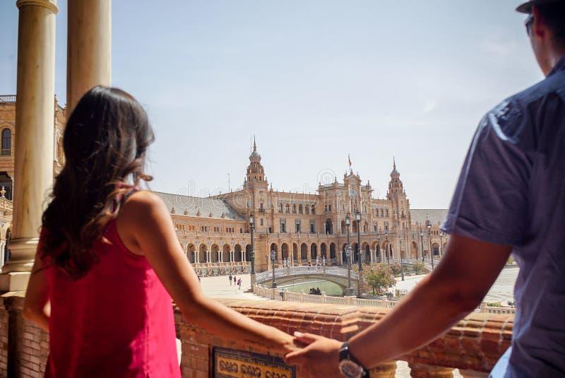Młoda łacińska para patrzeje Plac De españa Sevilla w Hiszpania fotografia stock