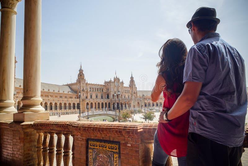 Młoda łacińska para patrzeje Plac De españa Sevilla w Hiszpania zdjęcia stock