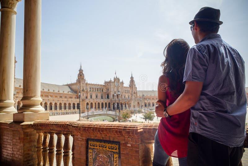 Młoda łacińska para patrzeje Plac De españa Sevilla w Hiszpania zdjęcie royalty free