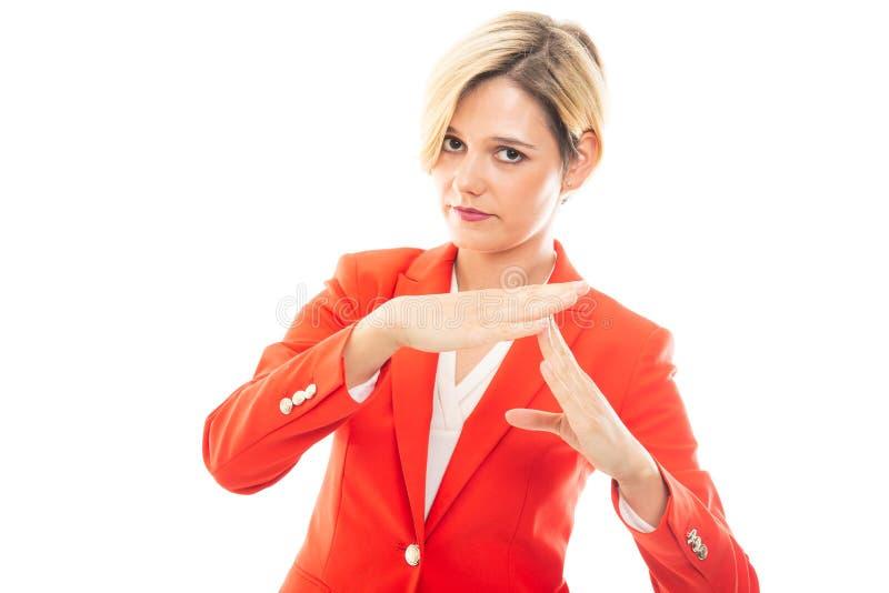 Młoda ładna biznesowa kobieta pokazuje czas out gestykuluje obrazy stock
