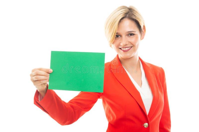Młoda ładna biznesowa kobieta pokazuje zielonej karty deskę obrazy stock