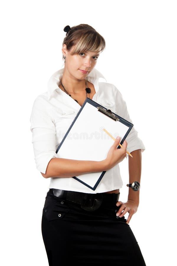 Młoda ładna biznesowa kobieta robi notatkom na schowku nad whi fotografia stock