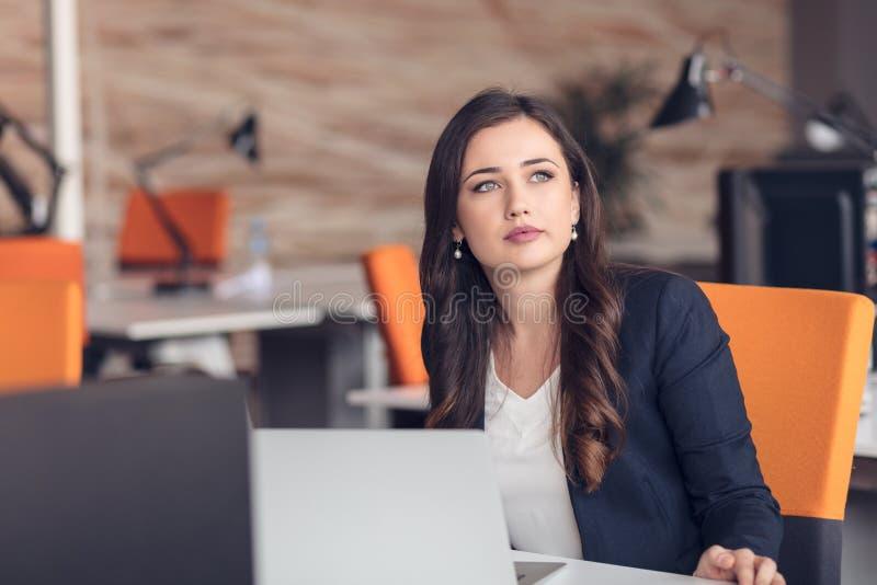 Młoda ładna biznesowa kobieta z notatnikiem w biurze zdjęcie royalty free