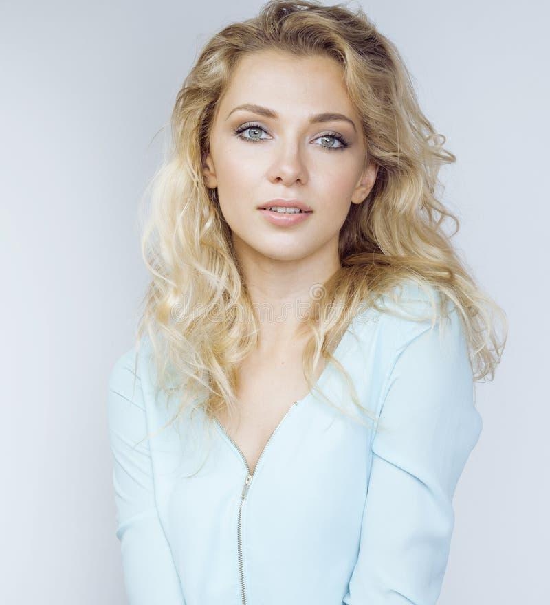 Młoda ładna blond kobieta ono uśmiecha się na białym tła zakończeniu w górę makeup, stylu życia pojęcia ludzie obraz stock