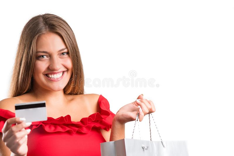 Młoda ładna dziewczyna w czerwieni sukni mienia teraźniejszość odosobniony obraz royalty free