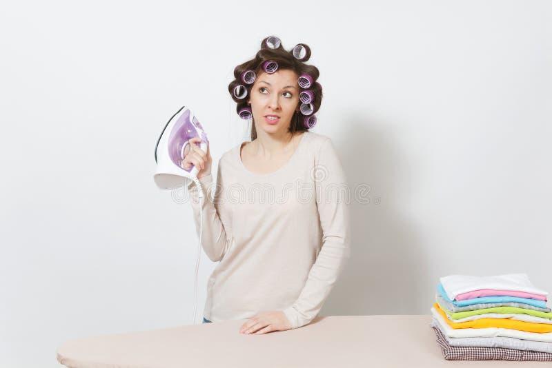 Młoda ładna gospodyni domowa Kobieta na białym tle Housekeeping pojęcie Odbitkowa przestrzeń dla reklamy zdjęcie royalty free