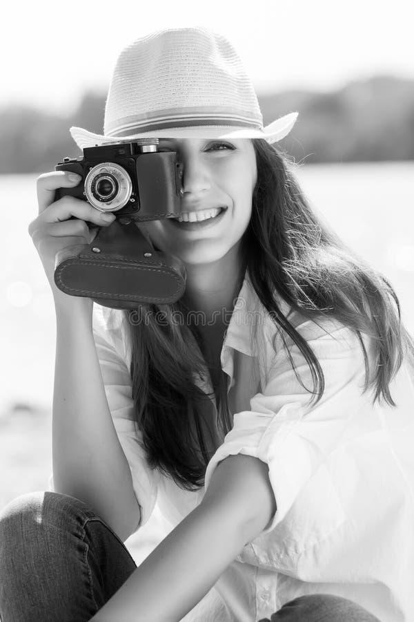 Młoda ładna kobieta bierze fotografię przy plażą fotografia royalty free