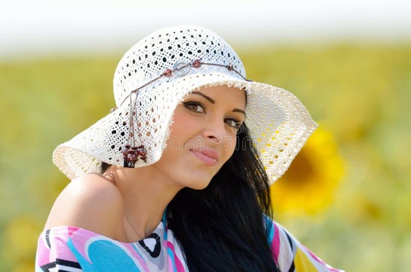 Młoda ładna kobieta na kwitnienia polu w lecie obrazy royalty free