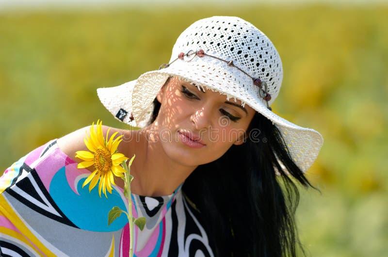 Młoda ładna kobieta na kwitnienia polu w lecie fotografia stock