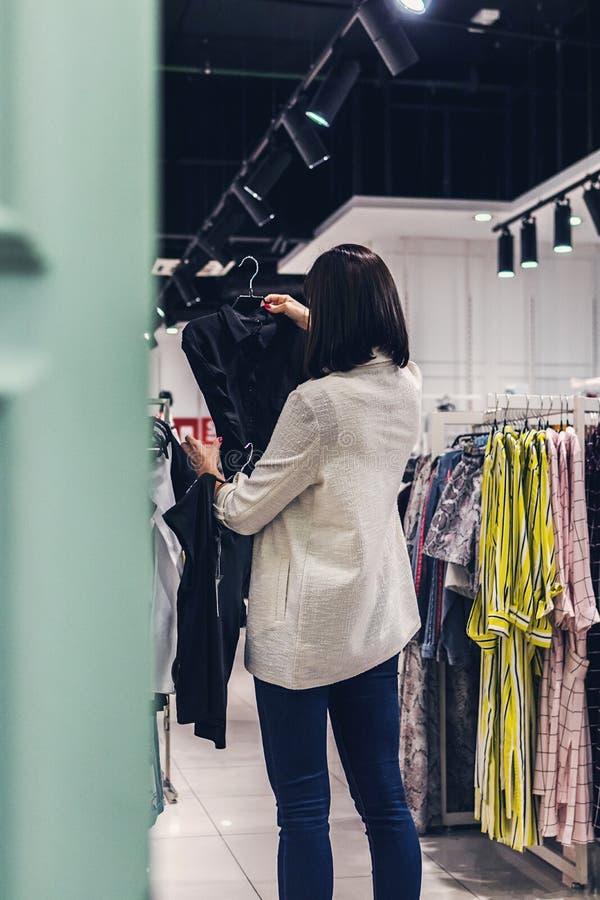 Młoda ładna kobieta w moda sklepie baga?e t?a koncepcj? czworono?ne zakupy bia?? kobiet? obrazy stock