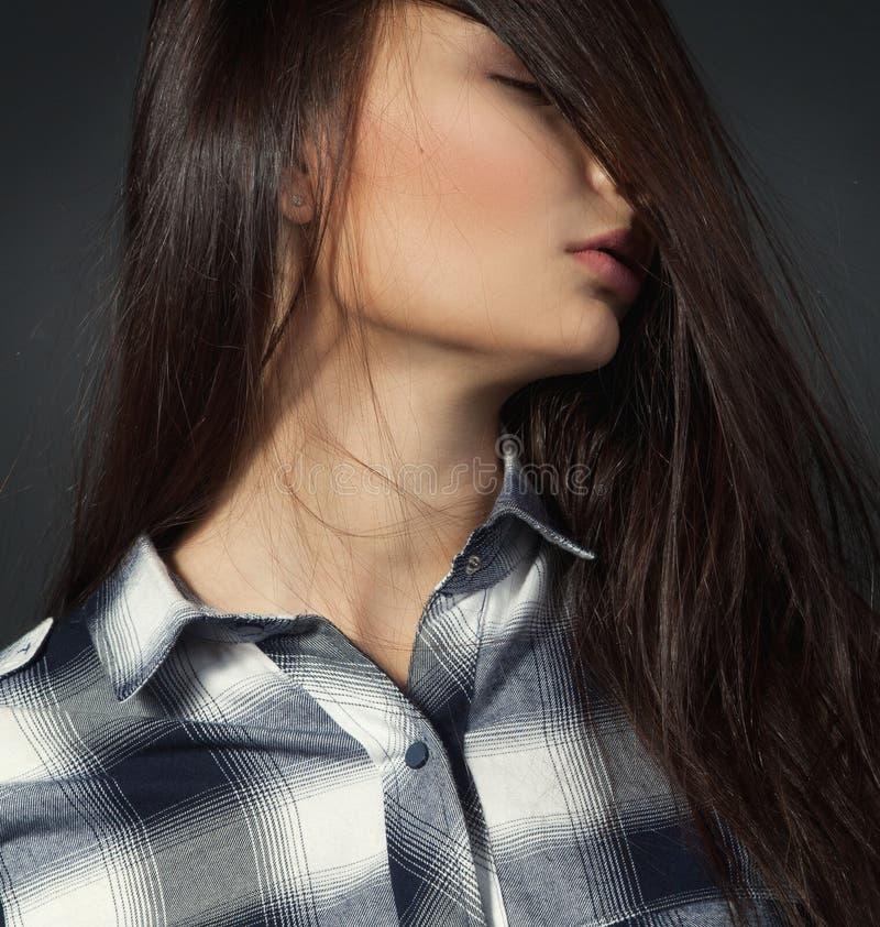 Młoda ładna kobieta w szkockiej kraty koszula zdjęcia stock