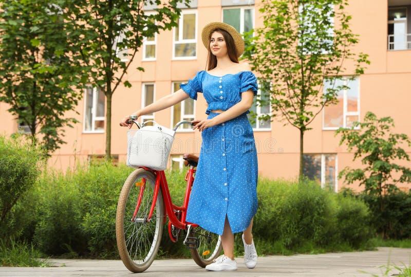 Młoda ładna kobieta z bicyklem zdjęcie stock