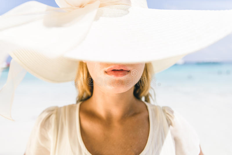 Młoda ładna kobieta z kapeluszem zdjęcia stock