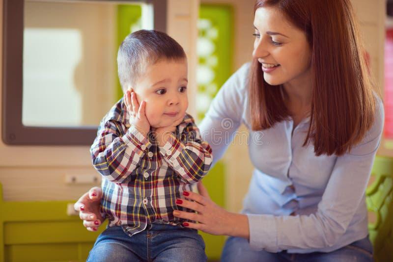 Młoda ładna matka bawić się i śmia się z jej dziecko synem zdjęcia royalty free
