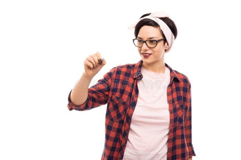Młoda ładna szpilki dziewczyna jest ubranym szkła rysuje z markierem zdjęcie stock