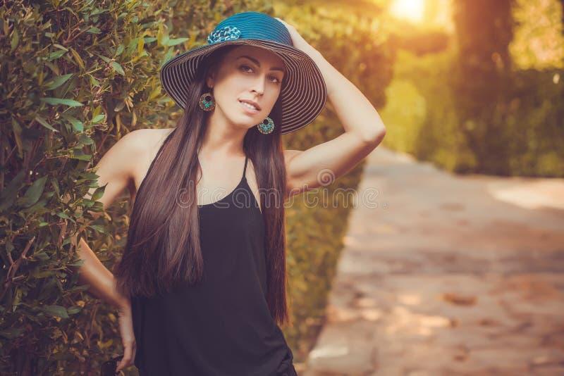 Młoda śliczna kobieta pozuje w zielonym parku obrazy royalty free