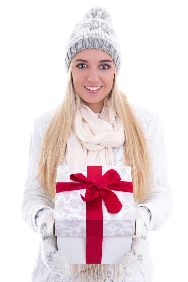 Młoda śliczna piękna kobieta w zimie odziewa z prezenta pudełka isola zdjęcie stock