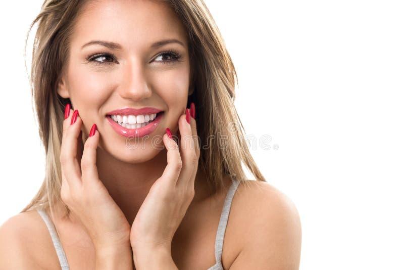 Młoda śliczna uśmiechnięta dziewczyna z perfect białymi zębami fotografia royalty free