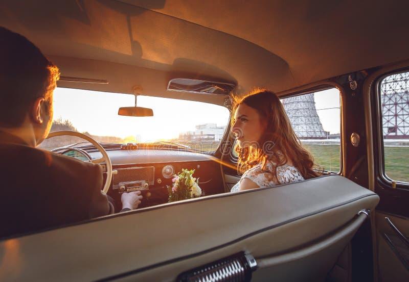 Młoda ślub para siedzi ono uśmiecha się wśrodku retro samochodu i patrzeć each inny właśnie zamężny uścisk ściska wśrodku samocho obraz royalty free