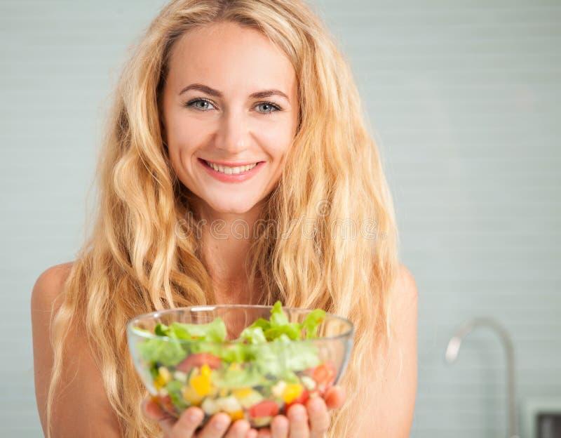 Młoda żeńska łasowania warzywa sałatka zdjęcia royalty free