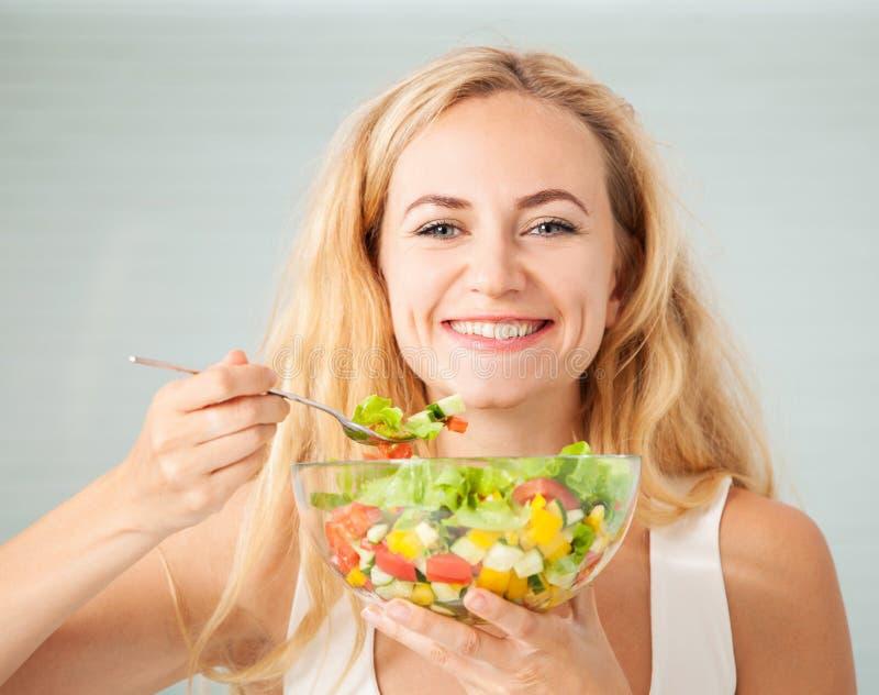 Młoda żeńska łasowania warzywa sałatka fotografia royalty free