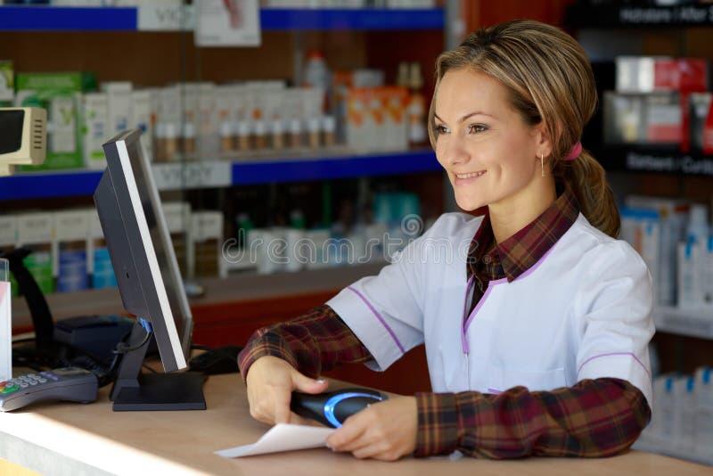 Młoda żeńska farmaceuty mienia recepta zdjęcia royalty free
