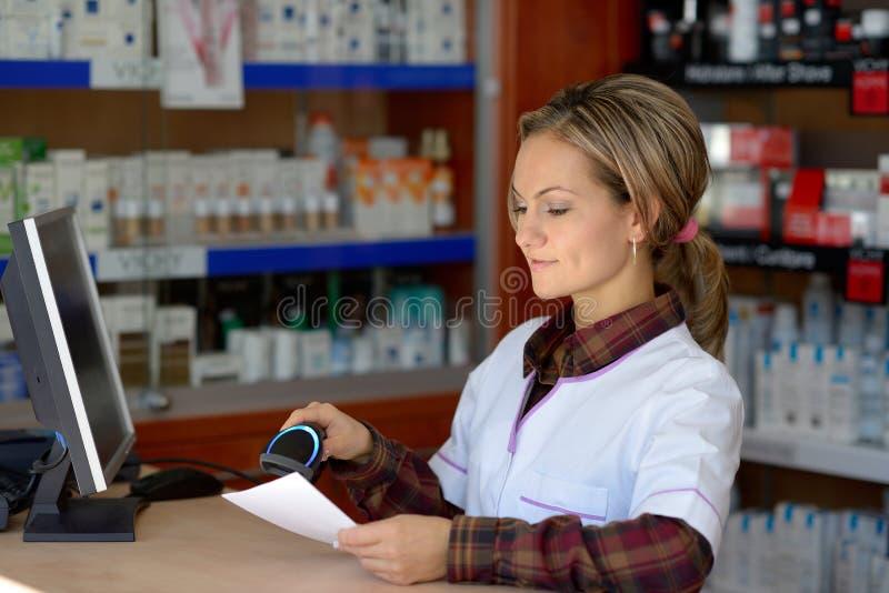 Młoda żeńska farmaceuty mienia recepta obraz stock