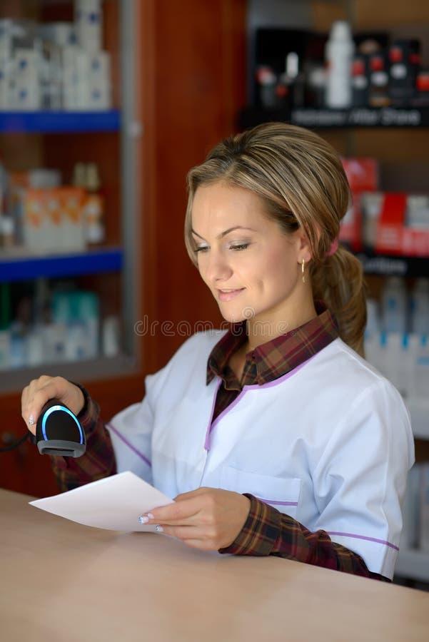 Młoda żeńska farmaceuty mienia recepta obrazy stock