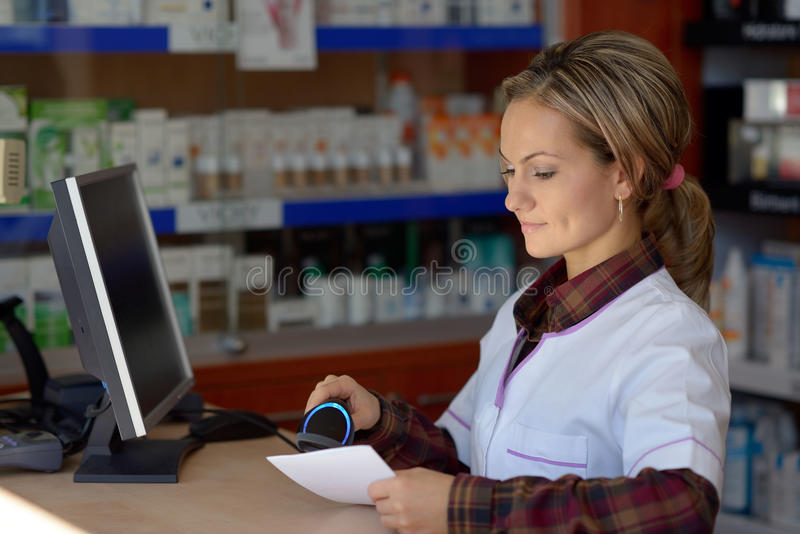 Młoda żeńska farmaceuty mienia recepta fotografia royalty free